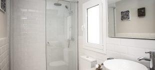 Un cuarto de baño de tres piezas