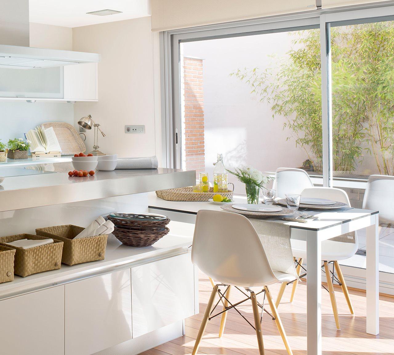 Grupo inventia inventia reformas barcelona cocina con for Cocinas estrechas con mesa