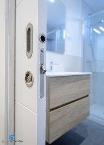 puerta corredera blanca para baño